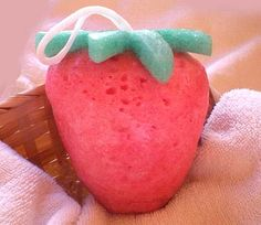 Jabón artesanal aromático - Esponja impregnada en jabón con esencia aromática de Fresa. Ideal para regalar o usar en la ducha. Piel fresca e hidratada. Precio: 6,75 euros