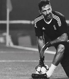 "163 mentions J'aime, 1 commentaires - Gigi Buffon (@gigi_uno1) sur Instagram : ""#gianluigibuffon #buffon ⚫️⚪️"""