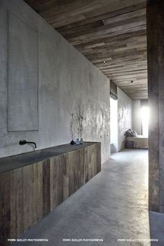 Interior Design dark natural tones in this modernized industrial building. Diy Interior, Interior Styling, Interior Architecture, Interior Design, Concrete Interiors, Dark Interiors, Roof Terrace Design, Stone Feature Wall, Casa Patio
