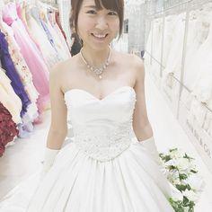 皆さんに相談にのってください このドレスが私は気に入ってしまい 昨日も試着してきました  が胸の開きがかなりあるもので  外国人は露出なんか気にしないけど 日本人は 露出に敏感らしく 露出してると 色々言われたりするかもしれないから 出席者のことをよく考えて 決めた方がいいって言われました  やっぱり このドレスは諦めた方がいいのかなー   #フォーシス #フォーシスアンドカンパニー  #プレ花嫁 #ウェディングドレス #結婚準備 #アニ嫁 #アニヴェルセルみなとみらい by mio_wedding