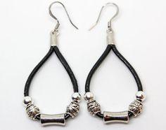 Cordons de cuir se combinent avec des perles de Bali/tribal pour créer cette paire de boucles d'oreilles goutte léger belle. Dans votre choix de couleur de cuir. Mélanger et assortir! «Perle Me Up» design boucles d'oreilles Sea Ranch bijoux sont un grand cadeau pour anniversaire,