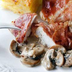 Filety z kurczaka w szynce z sosem pieczarkowym | Kwestia Smaku