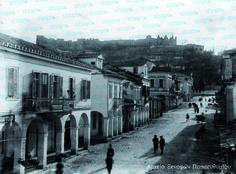 οδός Αγίου Νικολάου. Σήμερα ελάχιστα κτίρια της φωτογραφίας του 1890 έχουν διατηρηθεί και δεν έχουν γίνει ογκώδεις πολυκατοικίες, ενώ στο βάθος φαίνεται ο ναός του Αγίου Νικολάου χωρίς τις ομώνυμες σκάλες, που κατασκευάστηκαν τη δεκαετία του '30. Στα αριστερά, σε ένα διώροφο νεοκλασικό, στεγαζόταν και η οφθαλμολογική κλινική του Σπύρου Φερεντίνου, όπως μαρτυρεί και η ταμπέλα που έχει αναρτηθεί στο μπαλκόνι. Greece Pictures, Old Greek, Vintage Pictures, Street View, History, Vintage Images, Historia, History Activities