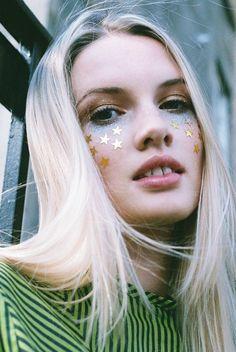 maquiagem simples para o carnaval. make carnaval. maquiagem com glitter. maquiagem com tatuagem.