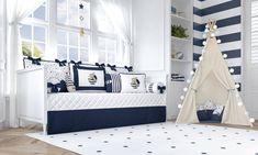O Quarto de Bebê Urso Marinheiro Azul combina elementos lúdicos com o tema náutico na decoração do quarto de bebê azul marinho. A cabana com almofadas e a cama babá com os bordados transformam o ambiente com elegância e fofura!