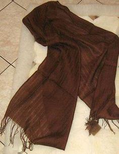 Ein kostbarer dunkelbrauner #Schal aus einem Stoff, gewebt aus edler #Seide und #Babyalpaka #Wolle. Federleichte Eleganz, passend zu jeder Gelegenheit.