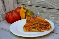 Une tarte toute simple avec les derniers légumes d'été, parfait pour un diner léger. Ingrédients pour 4 personnes: 2 grosses tomates 1 poivron rouge 1 poivron vert 1/2 oignon 1 gousse d'ail huile d'olive sel, poivre Appareil à quiche : 1 pâte à tarte...