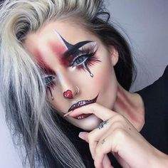 Are you looking for ideas for your Halloween make-up? Check this out for cute Halloween makeup looks. Maquillage Halloween Clown, Halloween Makeup Clown, Halloween Makeup Looks, Up Halloween, Halloween Customs, Cute Clown Makeup, Womens Clown Makeup, Jester Makeup, Mime Makeup