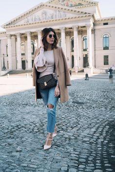Street Style Deutschland: Volant Statement Sleeves, Mantel und Louis Vuitton Pochette Metis