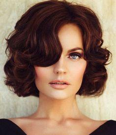 frau mit kurzen, roten, lockigen haaren und frisur im retro look