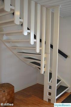 vit trappa,svart trappräcke Vit, Stairs, Home Decor, Stairway, Staircases, Interior Design, Ladders, Home Interior Design, Ladder