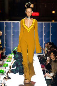 Fenty x Puma Fall 2017 Ready-to-Wear Fashion Show Collection: See the complete Fenty x Puma Fall 2017 Ready-to-Wear collection. Look 18 Fashion Week, Fashion 2017, Love Fashion, Runway Fashion, High Fashion, Autumn Fashion, Paris Fashion, Fashion Outfits, Fashion Design
