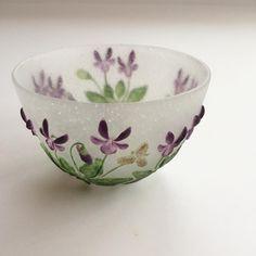 Painted Glass Bowl with Violets Design . Cultural Crafts, Etiquette Vintage, Sweet Violets, Cast Glass, Vases, Chawan, Ceramic Clay, Glass Design, Tea Set