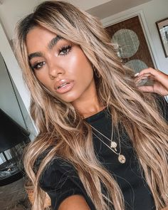 Summer glow makeup look and blonde balayage highlighter for brunettes Blonde Hair Looks, Honey Blonde Hair, Blonde Hair Girl, Brunette Hair, Blonde Hair Brown Skin, Long Blond Hair, Carmel Blonde Hair, Blonde Hair Makeup, Dark Blonde