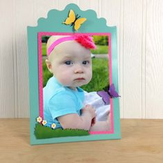 A fresh take on displaying your baby's photo. Our magnetic photo easel allows you to easily update photos and add cute colorful magnets.