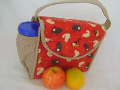 Lunch Bag ou Lancheira térmica feita tecido 100% algodão e forrada com tecido térmico. Fechamento com botão de pressão.    Mede aproximadamente 24cm de largura, 19cm de altura e 10cm de profundidade. R$ 45,00