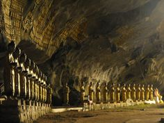 http://www.asia-myway.com/french-market/birmanie/sample-trips3/13j-12n-par-les-chemins-du-sud-est-de-la-birmanie.html  Une rangée de statues de Bouddha dans les grottes de Pindaya.