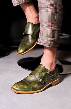 Mark director of a consulting agency specialised in fashion has chosen our olive-green D'Annunzio double monks coloured and with anti-slip sole. Perfect to be worn without socks and with a checked grey suit. Have a look at his D'Annuzio: https://bit.ly/2K8kSFg