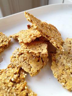 J'adore les petits crackers! Faciles à réaliser, ils sont déclinables selon les envies et vos placards: avec des graines, des épices, un mélange de farine, des légumineuses, ... Je vous propose aujourd'hui une version à base de lentilles corail, parfumées...
