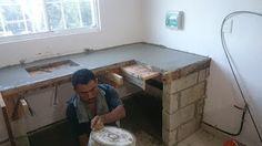 Mr Repara: Cocina en departamento con cubierta y muros de porcelanato. SELVANOVA COTO 5 Barbecue Four A Pizza, Kitchen Dining, Kitchen Cabinets, Concrete Kitchen, Kitchen And Bath Design, Small Places, Ideas Para, Home Kitchens, Countertops