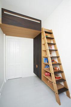 Casas con niños, solución de espacio : Una buena solución al problema del espacio adoptada en una casa con techos altos. La cama infantil, fabricada a medida sobre la puerta, bajo las escaleras