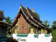 Ses pans de toits qui descendent presque jusqu'au sol sont l'architecture caractéristique de Luang Prabang. (Photo prise par Hartfried)