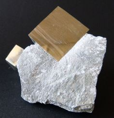 Cubo de pirita en matriz - 11,3 x 7,4cm - 620gm