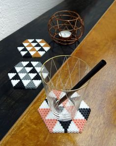 These glass coasters are in the trendy ethnic style. Recurring patterns of graphic shapes in black and white. Here in combination with gold, gray or salmon. Style up .Informations About Diese Glasuntersetzer sind ganz im angesagten Ethno Style. Perler Bead Designs, Easy Perler Bead Patterns, Melty Bead Patterns, Hama Beads Design, Perler Bead Templates, Diy Perler Beads, Perler Bead Art, Pearler Beads, Fuse Beads