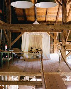Le cabinet d'architecture et de design d'intérieur BarlisWedlick a achevé un projet résidentiel à Ancram, dans l'état de New York, qui comprend trois bâtiments différents – une grange et une piscine, la maison principale et une tour avec sauna. BarlisWedlick a récupéré et déplacé une grange du XIXe siècle dans une ville voisine et l'a transformée en la peignant en noir avec des cadres de fenêtres rouges. La grange dispose également d'un réseau d'énergie solaire intégré dans la toiture qui...