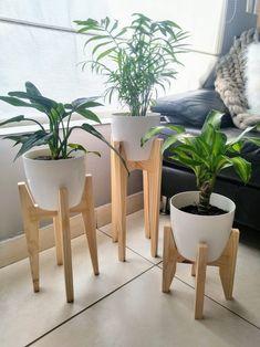 House Plants Decor, Plant Decor, Wood Phone Holder, Pallet Patio Furniture, Modern Plant Stand, Plant Box, Decoration Plante, Inside Plants, Indoor Plant Pots