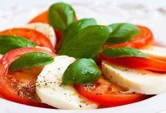"""La ensalada de tomate y Mozarrella es fresca y sencilla ! Esta rica ensalada es perfecta para estos días de calor de verano. En Italia se llama ensalada """"caprese"""". Descubre como preparar la mejor receta casera de ensalada de jitomate y mozzarella."""