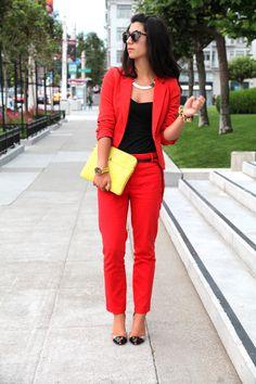 El rojo es un color intenso...no es muy recomendable para una entrevista de trabajo...a menos que sólo uses accesorios de ese color