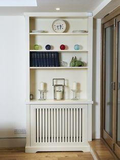 cache radiateur design en panneaux de bois verticaux repeints en blanc