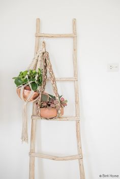 plants and ladder. how simple Pen Shop, Orange House, Peaceful Places, Wooden Decor, Plant Holders, Hanging Planters, Scandinavian Interior, Plant Hanger, Indoor Plants