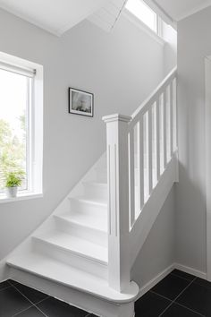 That's what they call ideal Scandinavian home. A simple but very cozy white facade, a well-groomed territory with a terrace that sinks in the shade of ✌Pufikhomes - source of home inspiration White Staircase, Interior Staircase, Stairs Architecture, Home Stairs Design, Home Room Design, Home Interior Design, White Wall Paint, Painted Staircases, Staircase Makeover