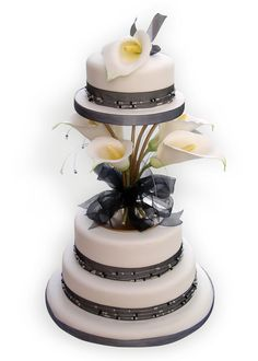 15 Breathtaking Calla Lily Cakes - Page 2 of 15 Black And White Wedding Cake, Wedding Cake Rustic, White Wedding Cakes, Gorgeous Cakes, Pretty Cakes, Amazing Cakes, Calla Lily Cake, Calla Lilies, Dessert Decoration