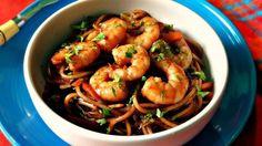 Chow mein de camarón en casa, no solo porque es súper fácil de preparar este favorito de la comida asiática de forma casera, sino que también por su riquísimo sabor que jurarías que fue preparado en un restaurante de comida china. Prepáralo hoy para tu familia y no creerán que lo hiciste tú misma.