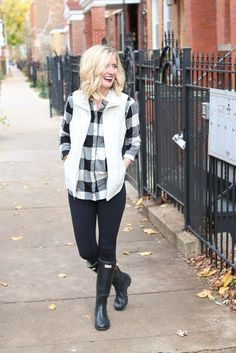 Buffalo check flannel shirt with a white vest, black leggings, and hunter boots. This is a great outfit for the fall season before it gets too cold. White Vest Outfit, Puffer Vest Outfit, Bootfahren Outfit, White Puffer Vest, Black Leggings Outfit Fall, White Vests, Legging Outfits, Adrette Outfits, Preppy Outfits