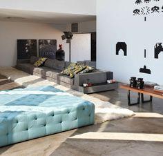 heller Boden aus Beton Boden Holztisch Polstermöbel blaue Farbe Pelz