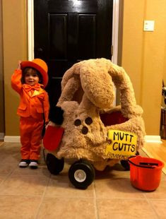 Turn a cozy coupe into a Mutt Cutts van from Dumb and Dumber-- SO CUTE!! #diycostumes #dumbanddumbercostume Halloween Coatumes, Best Diy Halloween Costumes, Mom Costumes, Mad Hatter Costumes, Diy Couples Costumes, Toy Story Costumes, Kids Costumes Girls, Dumb And Dumber Costume, Avocado Costume