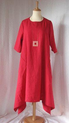 Eine wunderschön weites  Kleid mit großen Taschen, das auch als Tunika getragen werden kann.   Durch die großzügig geschnittene A-Linie mit den seitlichen Schlitzen fällt es an den Seiten schön...