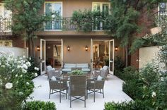 A Southern California Sassy Townhouse Tour. I get weak in the knees when I see a stunning townhouse. I'm always on the hunt for design ideas for our townhouse. Small Backyard Landscaping, Backyard Patio, Backyard Ideas, Small Gardens, Outdoor Gardens, Landscape Design, Garden Design, Garden Ridge, Terrace Floor