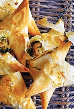 Samosa - vegetarisk opskrift fra SØNDAG Vegetarian Recipes, Snack Recipes, Cooking Recipes, Ladies Lunch, Savoury Baking, Naan, Empanadas, Food Inspiration, Love Food