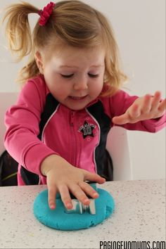 No Cook Playdough Recipe.made in 5 minutes - a very easy, NO COOK playdough recipe that you can whip up in 5 minutes using only 5 household ingredients! Cooked Playdough, Homemade Playdough, Homemade Face Paints, Homemade Paint, Diy Silly Putty, Crafts To Do, Crafts For Kids, Messy Play, Play Doh
