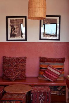 Marrakech: nos adresses Marrakech, Tadelakt, Wall Colours, Interior Ideas, Moroccan, Clay, Interiors, Throw Pillows, Bed