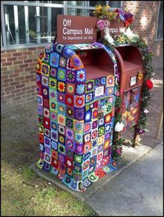 Fun yarn bomb! This giv es me an idea for an old mail station someone left in my office!!