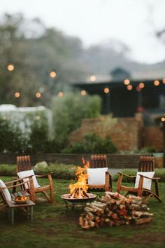 Winter is the perfect time of year to invite a few friends over and hang out in the backyard around a fire pit. Here are a few ideas for how to host a backyard fire pit party – on cold winter nights or any time of year! Outdoor Spaces, Outdoor Living, Outdoor Decor, Rustic Outdoor, Outdoor Kitchens, Outdoor Fun, Outdoor Furniture, Fire Pit Backyard, Cozy Backyard