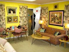 Neat vintage, retro, and mid-century modern living room and kitchen. Really yellow walls, should be a soft pinky-beige. Mid Century Modern Living Room, Mid Century Modern Decor, Mid Century House, Mid Century Design, Midcentury Modern, Sala Vintage, Vintage Room, Vintage Stuff, Kitsch