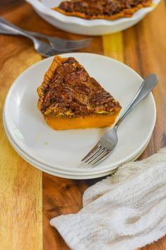 Two classic southern Thanksgiving dessert recipes meet in one perfect pie with distinct bourbon sweet potato and pecan layers. Wondering how to make pecan pie? Here's the best recipe. You'll also get a southern sweet potato pie recipe and learn how to make the perfect Thanksgiving pie with both from Dash of Jazz #dashofjazzblog #pecanpierecipesouthern #pecanpierecipeeasycornsyrup #sweetpotatopierecipessouthern #sweetpotatopecanpierecipesouthern Sweet Potato Pecan Pie, Bourbon Sweet Potatoes, Potato Pie, Pie Recipes, Dessert Recipes, Desserts, Mini Pecan Pies, Houston Food, Pie Pops