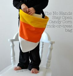 Halloween: the no hands stay open candy corn trick or treat bag! Sewing Patterns Free, Free Sewing, Sewing Tutorials, Sewing Projects, Sewing Ideas, Diy Projects, Free Tutorials, Bag Patterns, Crochet Projects
